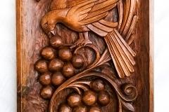 пано дърворезба Птица с грозд